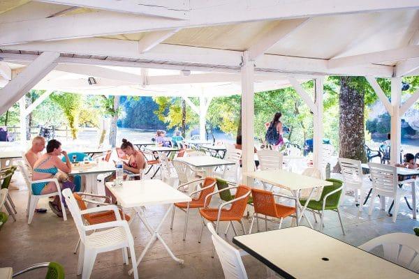 Terrasse du bar au bord de la Dordogne