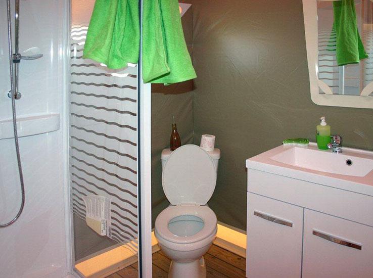 Tente équipée d'une salle de bain