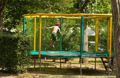 Zone de jeux avec trampoline