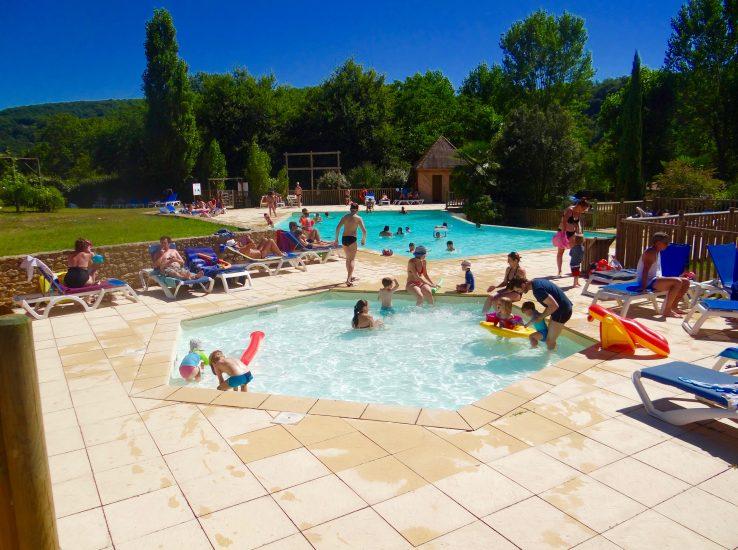piscine extérieure du camping en Dordogne